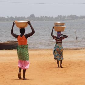 Les femmes de Togoville avec des seaux d'eau